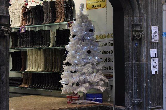Arbol de Navidad en tienda de calzado