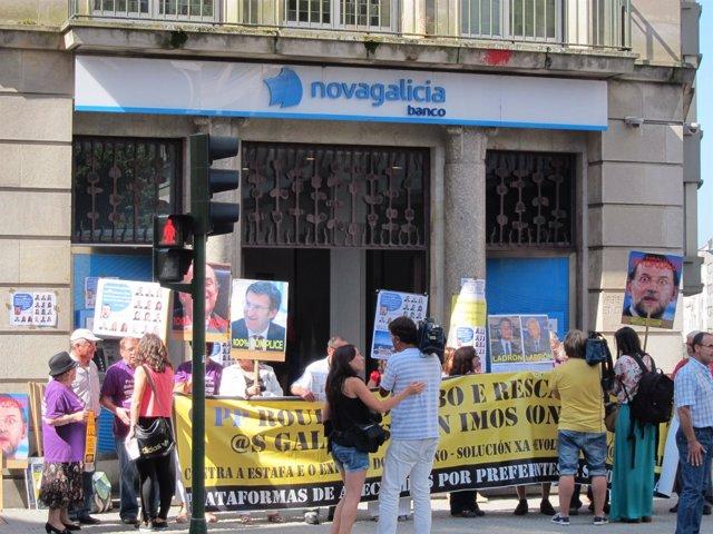 Afectados por preferentes de Compostela retiran ahorros de sucursales de NCG