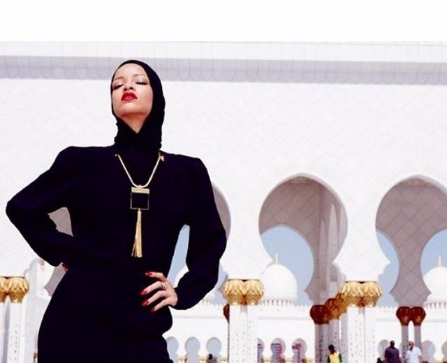 Rihanna en una mezquita en Abu Dabi
