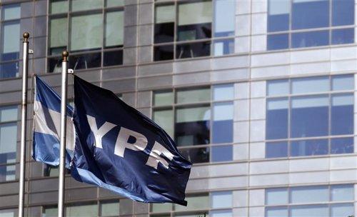 Imagen de archivo de una bandera de Argentina y otra de YPF en la casa matriz de