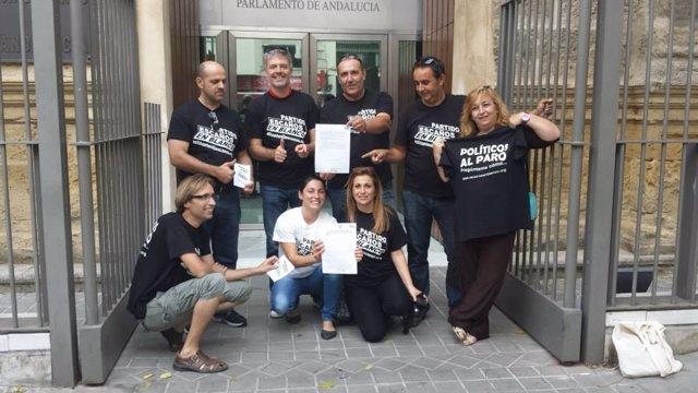Miembros de Escaños en blanco ante el Parlamento andaluz