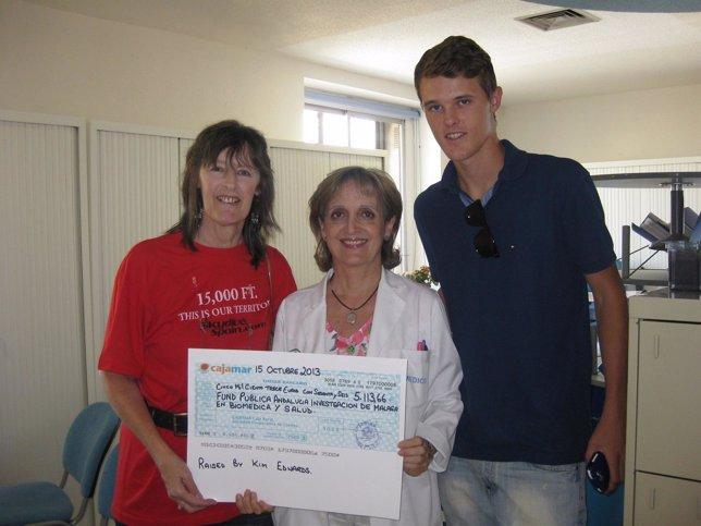 Una paciente hace una donación para la investigación de leucemias