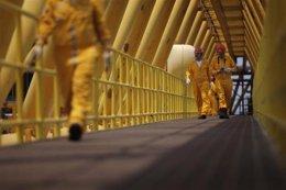Empleados trabajan en un puente de una plataforma de la gigante petrolera Pemex