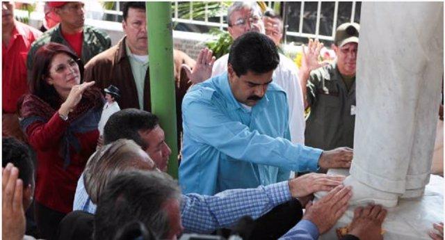 Maduro ante la estatua del 'santo de los pobres'