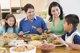 Sentarse en la mesa para comer juntos