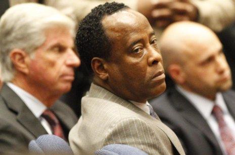 Conrad Murray preparado para uno de sus juicios en el caso de Michael Jackson