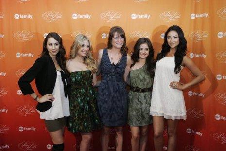 Sara Shepard con las protagonistas de 'Pretty Little Liars'
