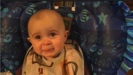 Bebé se emociona con una canción