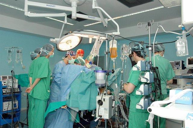 Cirujanos En Una Operación De  Trasplante En El Hospital Reina Sofía De Córdoba