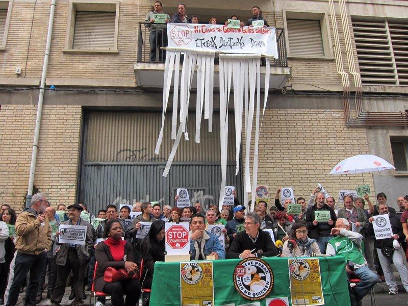 La pah ocupa dos viviendas del gobierno foral en pamplona for Pisos en san jorge pamplona