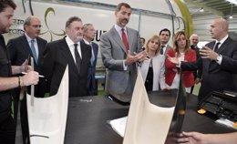 El príncipe Felipe en una visita a la fábrica de Carbures
