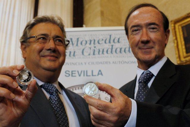 Zoido y Sánchez Revenga con la moneda de Sevilla