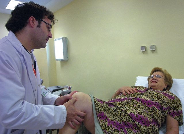 Un médico atiende a una paciente en una consulta de acto único