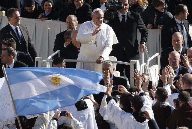 Francisco I saluda a los fieles en la plaza de San Pedro