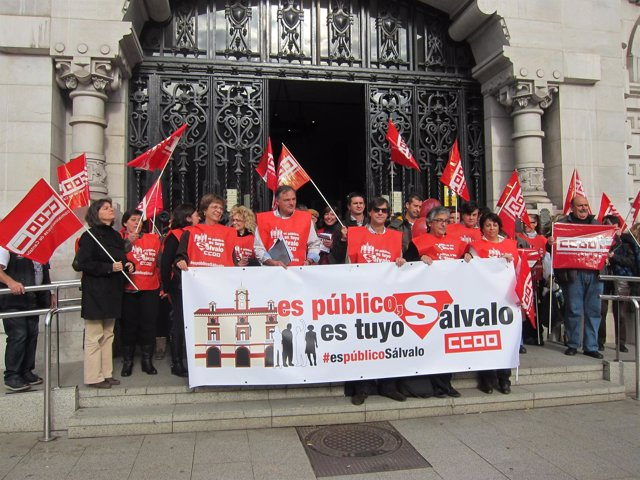 Concentración de CCOO en la puerta del Ayuntamiento