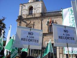 Concentración de empleados públicos andaluces ante el Parlamento andaluz