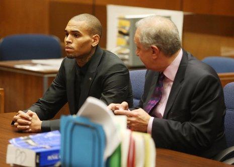 Chris Brown, condenado a tratar su ira y drogadicción