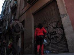 Prostitución en la calle Robadors, en el barrio del Raval de Barcelona