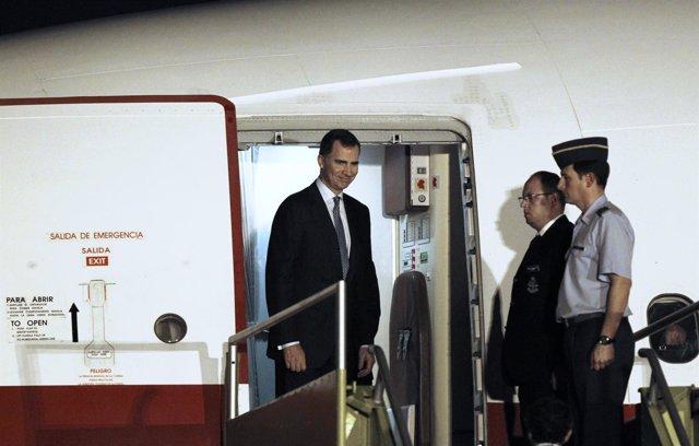 Principe Felipe desembarca de un avión de las Fuerzas Armadas