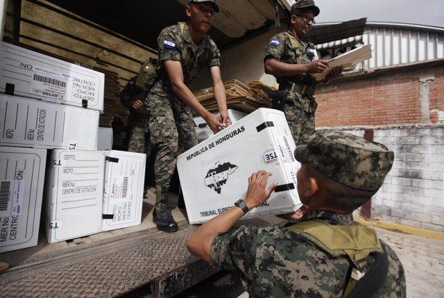 Soldados en Honduras con urnas para las elecciones