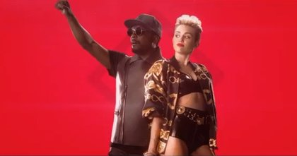 Miley Cyrus y Will.i.am en el videoclip de 'Feeling Myself'