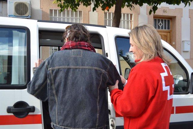 Una voluntaria de Cruz Roja atiende a un usuario