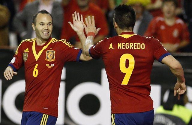 Álvaro Negredo y Andrés Iniesta celebran el gol ante Georgia