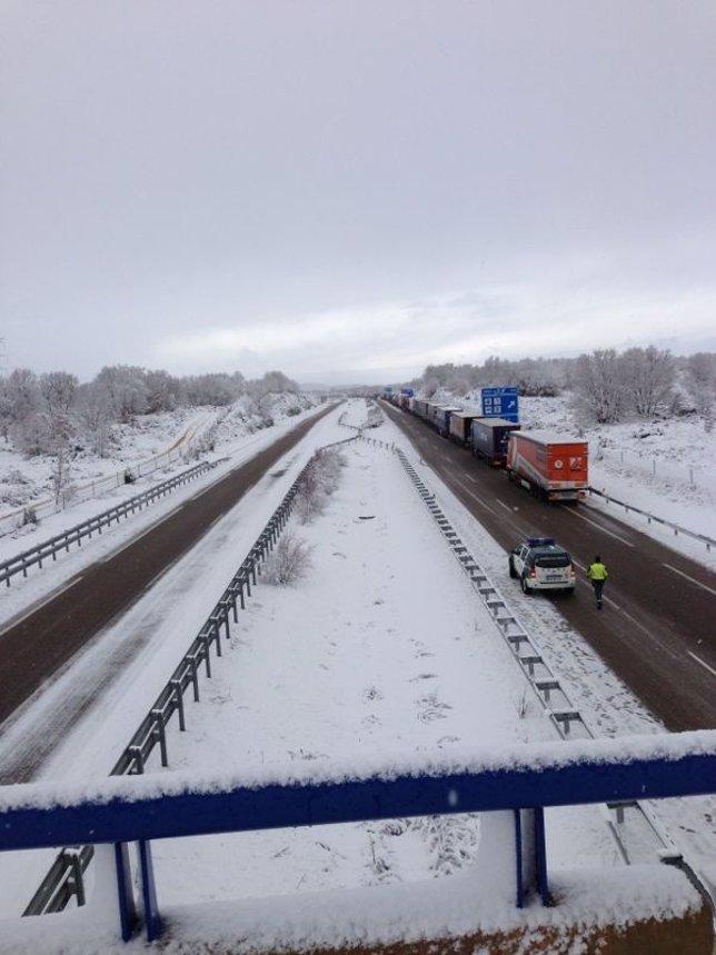 Nieve, carretera nevada, frío, temporal, tráfico, camiones con nieve
