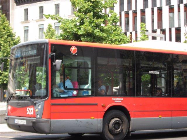 Un autobús urbano de Zaragoza en la Plaza de España de la ciudad