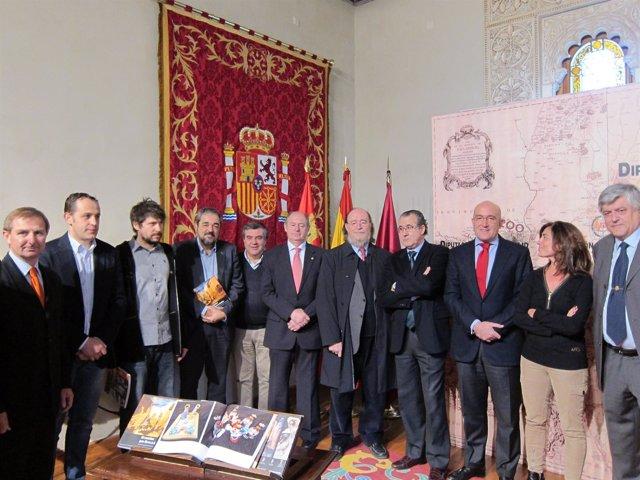 Carnero (3º dcha), junto a los distintos colaboradores de la exposición