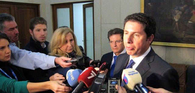 El consejero Antonio Sevilla atiende a los medios acompañado por delegado