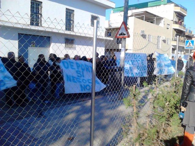Protesta de los clubes de fútbol fuera de la sede de la asociación.