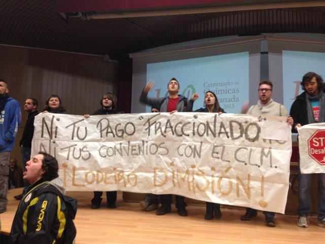 Protesta del 15M en la conferencia de Rubalcaba