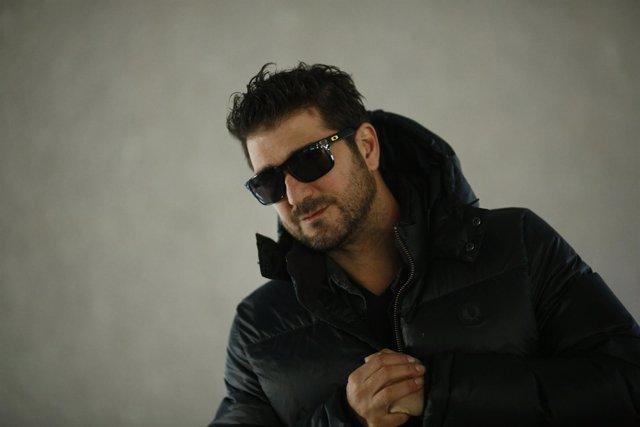 Posado del cantante Antonio Orozco