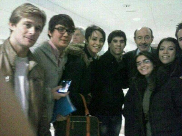 Rubalcaba con estudiantes en la facultad de Químcas de Granada