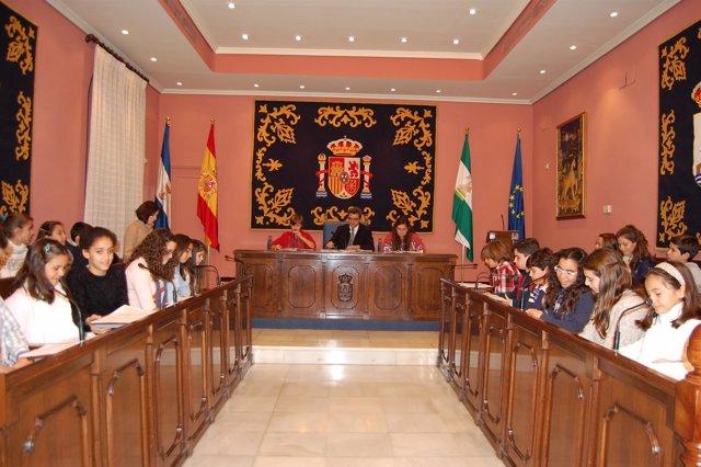 Niños de Alcalá de Guadaíra durante la audiencia pública.