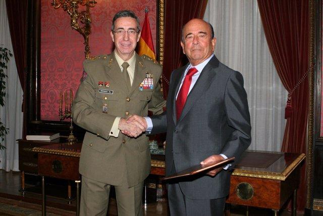 El JEME, Jaime Domínguez Buj, y el presidente del Santander, Emilio Botín