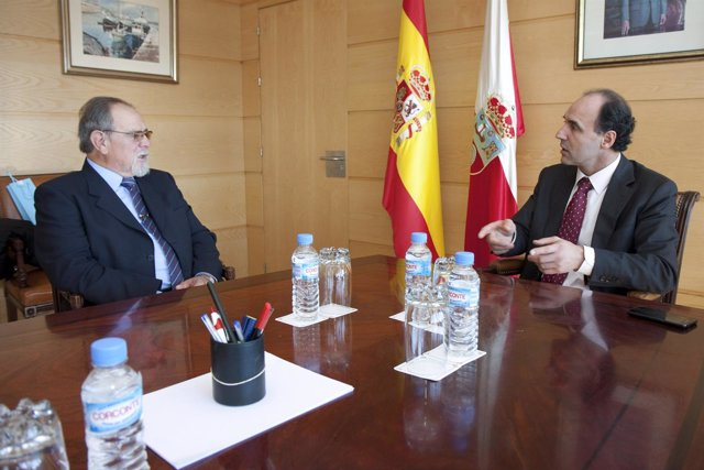 Ignacio Diego recibe al presidente de la Casa de Cantabria en Barcelona