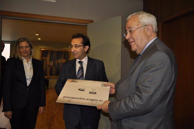 El consejero de Hacienda entrega los presupuestos al presidente de las Cortes