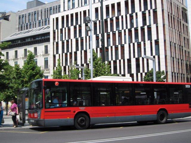 Autobús urbano en una parada en la Plaza de España de Zaragoza