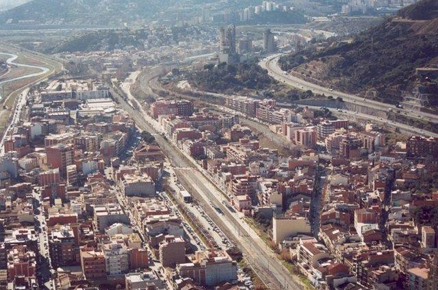 Línea de tren Barcelona-Portbou a su paso por Montcada i Reixac