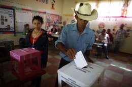 Hondureños votando