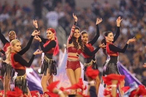 Selena Gómez deslumbra en el partido de Acción de Gracias