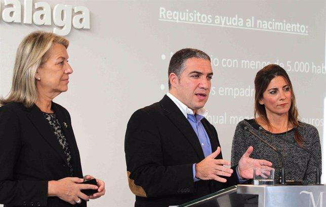 Elías Bendodo junto a Caracuel y Mata en rueda de prensa apoyo a familias