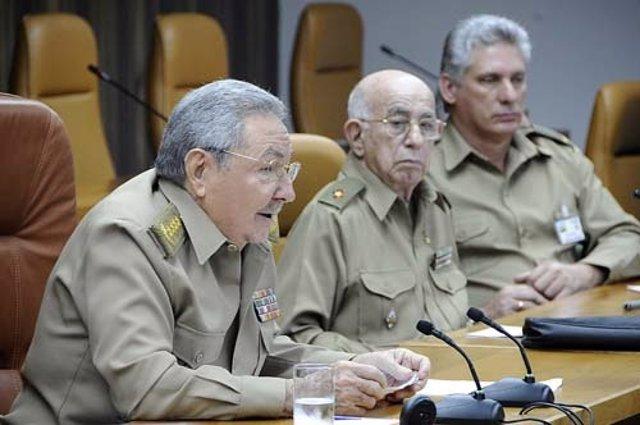 El presidente de Cuba, Raúl Castro, acompañado por la cúpula militar.