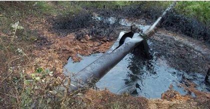 Atacan con explosivos un oleoducto colombiano y provocan vertido