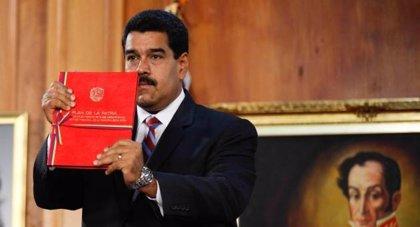 Maduro recibe el Plan de la Patria ya convertido en ley