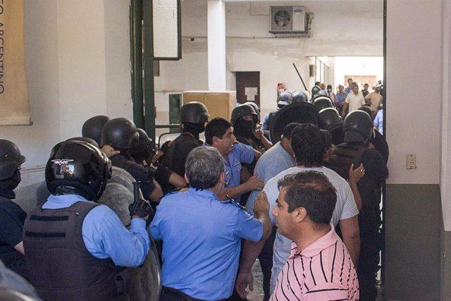 La Policía de Catamarca toma la Casa de Gobierno