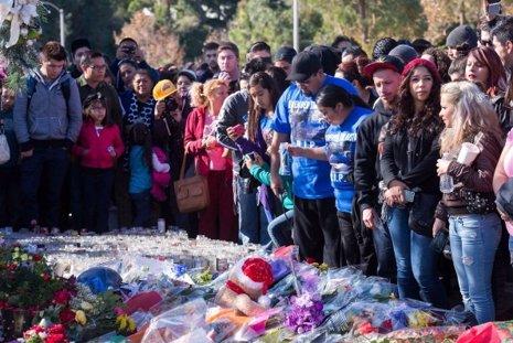 Miles de personas despiden a Paul Walker en el lugar del accidete
