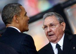 Obama y Raúl Castro en el funeral de Mandela